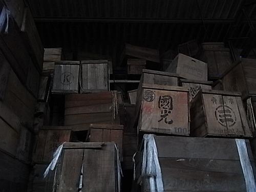 山積みの箱の中に、デッドストックの器たちが眠っている。