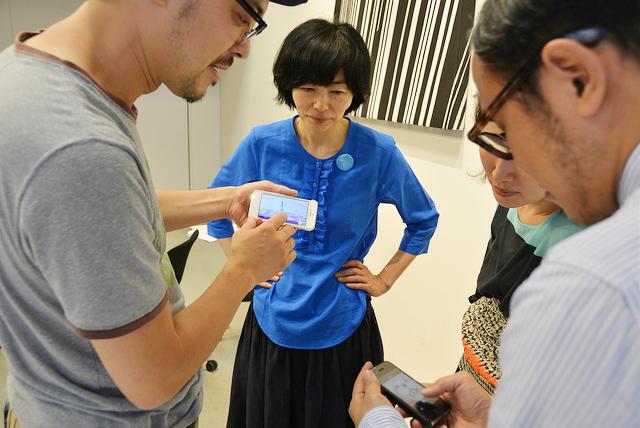 植原さんが、躍る少女をiPhoneで撮影。みんな口々に、「いいねえ」「かわいい」