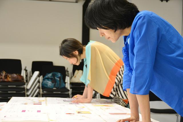 キギ渡邉さん(手前)と、ロフトワーク林。作品を見る目は真剣です。